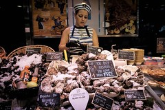 The Oyster-Girl (Funkraft) Tags: barcelona oyster girl fishmarket mercatdelaboqueria mercat market markt verkäuferin pretty