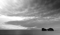 円 月 島 (Wilson Au | 一期一会) Tags: wakayama 白浜 shirahama 円月島 和歌山 japan 日本 landscape canon eos5dmarkiii ef2485mmf3545usm blackandwhite monochrome