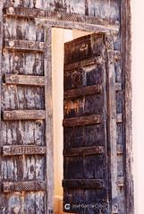 199909 Yemen Hadramaut (88) Seiyun (Nikobo3) Tags: asia orientemedio arábiga arabia penínsulaarábiga yemen hadramaut desierto desiertoramlatassabatayn culturas travel viajes fujicolorsuperia100iso película nikobo joségarcíacobo urban street nikon nikonf70 f70 sigma70300456 seiyun