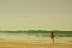 Navegar con la imaginación (jantoniojess) Tags: praia praiadaluz algarve portugal playa beach horizonte barca calma quietud serenidad serenity olas wave sea boya olhosdeagua praiadaolhosdeagua