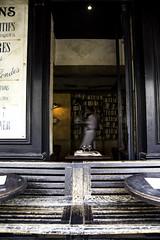 Garçon, un café et vite! (Photoeric_) Tags: paris 5eme café garçon serveur quartier place people homme men