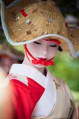 photogenic (byzanceblue) Tags: marika maiko geisha geiko gion kyoto woman lady girl female cute beautiful beauty white red bokeh japan japanese traditional sparrow dance kimono hat nikkor professional 祇園 舞妓 花街 祇園甲部 京都 祇園祭 雀踊 花傘巡行 茉利佳 color colour