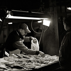 # 0099 . lecker fisch (aka ed gonzalez) Tags: 68pixcom 68pix 6x6 venedig fish market ilfordxp2400 zenzanonps250mm bronicasqai