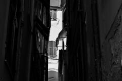 Scorci all'italiana (MicheleSana) Tags: liguria italia itlay summer travel trip viaggi nikon fotografia vista vedute point view pov feeling memory ricordi immagini case home house black white bianco e nero panni stesi window finestre shadow ombre chiaro scuro lerici scorci