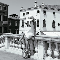 84i60617 (photo & life) Tags: venise ville city rue street streetphotography photography photolife™ jfl europe italia italie fujifilm fujinon fujifilmxpro2 14mm fujinonxf14mmf28r blackandwhite noiretblanc women beauty squareformat squarephotography