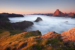 Midi d'Ossau Pico de los Monjesetik ikusita (jonlp) Tags: pirinioak pyrenees pirineos mendiak mountains montañas hodeiak clouds sunset ilunabarra iluntzea paisajea landscape paisaje