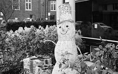 Snowman (Jim Davies) Tags: veebotique olympus om10 ilford xp2 chromogenic c41 35mm film filmfilmforever slr blackandwhite bw monochrome usa america northamerica columbus ohio street suburban