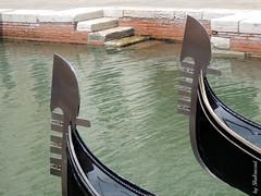Two of a kind (Shahrazad26) Tags: gondels gondolas venetië venice venezia venedig italië italy italia italien