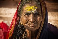 MAHAAKUTA:PORTRAIT DE FEMME EN JAUNE (pierre.arnoldi) Tags: inde india pierrearnoldi mahaakuta karnataka badami canon tamron photoderue photooriginale photocouleur portraitdefemme portraitsderue jaune portraitdunevieillefemme