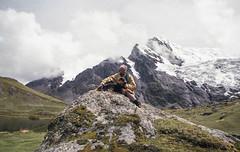 Onde vivem os seres contemplativos (Tuane Eggers) Tags: seres contemplativos contemplação montanhas paisagem cachorro cão natureza vida chanademoura tuaneeggers peru 35mm film ausangate