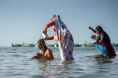 Mothers (ayashok photography) Tags: ayp1005 rameshwaram agnitheertham sea bayofbengal tamilnadu india mother cwc chennaiweekendclickers life sunlight light play field desh culture village urban h2o | தண்ணீர் h2o|தண்ணீர்தண்ணீர்