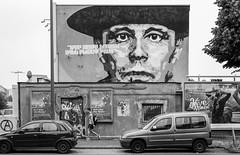 Wer nicht denken will , fliegt raus ! (ThorstenKoch) Tags: street streetphotography schatten strasse stadt shadow sport beuys joseph düsseldorf art direktor master blackwhite bnw academy monochrome man pov portrait urban city