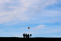 little freedom (Wackelaugen) Tags: three people silhouettes kite sky otterndorf nordsee northsea germanocean sea ocean canon eos photo photography wackelaugen dike bank