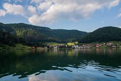 Dedinky. (Azariel01) Tags: 2017 slovaquie slovakia dedinky lac lake soleil sun rays rayons montagne mountains clouds nuages village palcmanskamasa