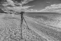 (463/17) Una de mis armas (Pablo Arias) Tags: pabloarias photoshop photomatix nxd españa cielo nubes bn blancoynegro monocromático playa arena agua mar mediterráneo lacaleta villajoyosa alicante comunidadvelenciana