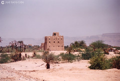 199909 Yemen Hadramaut (77) (Nikobo3) Tags: asia orientemedio arábiga arabia penínsulaarábiga yemen hadramaut desierto desiertoramlatassabatayn culturas travel viajes fujicolorsuperia100iso película nikobo joségarcíacobo urban street nikon nikonf70 f70 sigma70300456