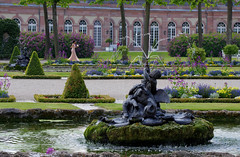 The bridesmaid and the fountains (vbd) Tags: pentax k3 vbd hdpentaxda55300mmf4563edplmwrre garden germany schwetzingenpalace handheld waterfountain 2017 spring2017 vista manualfocus landscape