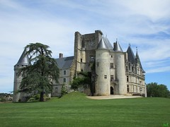 ℓa Ròcha-Focaud ✔ (Éric…Mon chemin ⊰♥) Tags: larochefoucauld charente poitoucharentes 16 eu nouvelleaquitaine francesudouest architecture castles château castle schlösser castillo castelli castillos pierresetroches paysage landscape nature canon travel light photography juin june spring printemps 2017 sky ciel clouds nuages arbres tree trees grass garden jardin médiéval citémédiévale