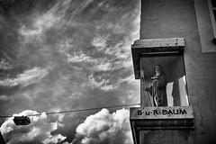 Die Heilige im Glaskastl (Helmut Reichelt) Tags: bw sw heiligenfigur heilige glaskastl westenstrase abteistwalburg walburga eichstätt sommer juli oberbayern bavaria deutschland german leica leicam typ240 captureone10 silverefexpro2 leicasummilux50mmf14asph