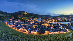 *Bernkastel-Kues @ Blaue Stunde* (albert.wirtz) Tags: landscape bernkastelkues albertwirtz blauestunde bluehour mosel moselle moseltal mosellevalley rheinlandpfalz rhinelandpalatinate germany deutschland moselwein riesling weinberge vineyards city stadt cusanusstift nikolausvonkues nikolauscusanus goldenhour goldenestunde twilight panorama panoramic bernkastelerdoktor doktorweinberg oben rebstöcke wine summerevening eveningmood abendstimmung sommerabend burgruinelandshut landshut burgruine castle wandern hiking traveling reisen tourismus fremdenverkehr moselschifffahrt moselhöhenweg moselsteig ngc