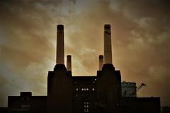 Twin Tower Power (Le monde d'aujourd'hui) Tags: battersea batterseapowerstation london history twin towers tower chimney power property austerity housing rich poor