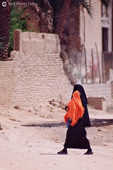 199909 Yemen Hadramaut (61) Tarim (Nikobo3) Tags: asia orientemedio arábiga arabia penínsulaarábiga yemen hadramaut tarim desierto desiertoramlatassabatayn culturas travel viajes fujicolorsuperia100iso película nikobo joségarcíacobo nikon nikonf70 f70 sigma70300456 urban street