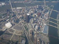 201707020 AA5254 LGA-PIT Pittsburgh (taigatrommelchen) Tags: 20170729 usa pa pennsylvania pittsburgh river alleghenyriver monongahelariver city skyline aerial view photo railway railroad station airplane inflight aal jia explore