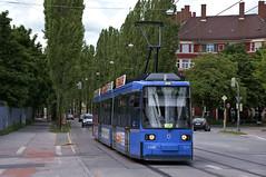 R2-Wagen 2168 passiert unterwegs zum Wettersteinplatz das alte Paulaner-Anschlussgleis (Frederik Buchleitner) Tags: 2168 linie17 munich münchen r2wagen redesign strasenbahn streetcar tram trambahn
