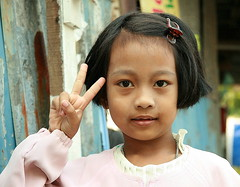 cute girl sends you peace (the foreign photographer - ฝรั่งถ่) Tags: cute girl child peace sign sends khlong thanon portraits bangkhen bangkok thailand canon kiss