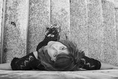 Cuidando la perspectiva (paulavf) Tags: escaleras perspectiva arriba mujer personas portail femenino exteriores verbum verano 2017 nikon