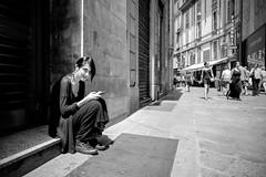 Me lo fai un sorriso? (MI) (Ondablv) Tags: street photography strada fotografia galleria milano soggetto persona bianco nero black white city ondablv leica serie q 28mm workshop akademie