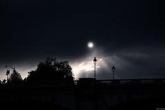 Sobre el puente (F Arregui.) Tags: nikond750 nikonimages puentes cielo bn pais sena paris luna city