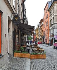 Calle de Estocolmo - Estocolmo Street (Santos M. R.) Tags: estocolmo suecia escandinavia calle rue street gata mesas gente people madera