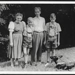 Archiv N319 Familie mit Schäferhund, 1930er thumbnail