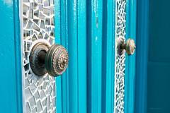 365-204 (Letua) Tags: puerta madera turquesa azul dos espejos wood door knobs metal mirror turquoise