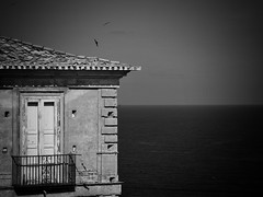 house by the sea (paddy_bb) Tags: travel 2017 olympusomd paddybb italien italy mediterranean pizzo calabria kalabrien house bw blackwhite sea