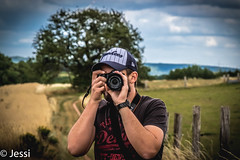 the photographer (Felicis_Flower) Tags: photographer fotograf mann man mensch peolpe leute feld field weg way path pfad grün green yellow gelb gras