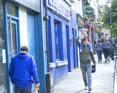 A wave from the throne (Frank Fullard) Tags: frank fullard£ fullard candid street portrait parent child friendly wave blue westpoprt mayo irish ireland lol walk carry throne