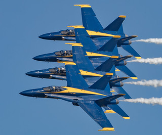 Blue Angels en echelon pass