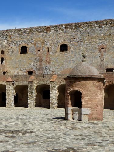 Le puits et la cour, forteresse (XVe-XVIe), Salses, Corbières maritimes,   Roussillon, Occitanie, France.