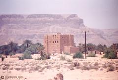 199909 Yemen Hadramaut (79) (Nikobo3) Tags: asia orientemedio arábiga arabia penínsulaarábiga yemen hadramaut desierto desiertoramlatassabatayn culturas travel viajes fujicolorsuperia100iso película nikobo joségarcíacobo urban street nikon nikonf70 f70 sigma70300456