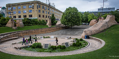 2017 - Road Trip - Winnipeg - Oodena Celebration Circle (Ted's photos - For Me & You) Tags: 2017 canada cropped nikon nikond750 nikonfx tedmcgrath tedsphotos vignetting winnipeg manitoba oodenacelebrationcircle centreofthecity oodena theforks people peopleandpaths steps stairs cans2s