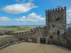 Castillo de Monsaraz (Patataasada) Tags: monsaraz castillo portugal alentejo torre arena castle tower plazadetoros almenas bandera banderadeportugal cielo nubes clouds sky