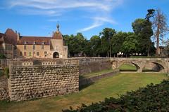Douves sèches — château d'Époisses, Côtes-d'Or, Bourgogne, juin 2017 (Stéphane Bily) Tags: stéphanebily bourgogne burgundy france époisses château castle castel
