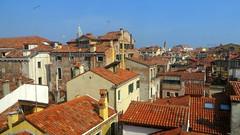 Les toits de Venise (Robert Saucier) Tags: venise venezia venice toits roofs architecture buildings ciel sky bleu blue orange antennes img9967