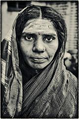 MAHAAKUTA:PORTRAIT DE FEMME (pierre.arnoldi) Tags: inde india mahaakuta karnataka badami pierrearnoldi canon photographe canadien québecois portraitdefemme portraitsderue photooriginale photonb