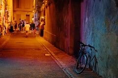 Nuit de festival à Avignon (Max Sat) Tags: avignon bicycle bleu blue cityscape colors couleurs doré festivaldavignon fuji fujixe1 golden maxsat maxwellsaturnin night nuit people purple rue street theater thé́âtre vé́lo violet xf60 yellow
