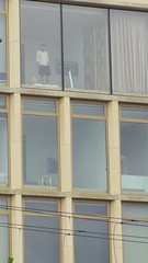 Choix de vue (Juillet 2017) (Ostrevents) Tags: amsterdam paysbas netherlands netherland nederland nederlands hollande holland rue street port haven immeuble building maison home façade facade fenêtre window panorama architecture pièce room télévision tvscreen vue pointdevue pointofvue intimité privacy homme man short solitaire alone chn ostrevents