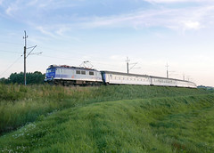 Intercity from Kolobrzeg to Gdynia, with direct overnight cars to Lublin and to Terespol (roomman) Tags: 2017 mielno poland electric engine express intercity inter city tlk train fast ep07 1018 ep071018 depot kolobrezg gdynia koszalin transport transportation kołobrzeg łekno kazimierz pomorski kazimierzpomorski pkp trains rail rails railway railways route track polish state evening pomerania pommern hinterpommern pomorskie lublin terespol overnight night sleep sleeper car 85150 tlk85150 coach wagon