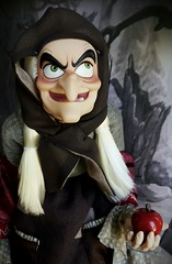 Temptation (ozthegreatandpowerful) Tags: disney store d23 exclusive snow white andthe sevendwarfs doll dolls limited edition le witch hag evil queen